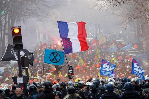 ВПариже наакциях протеста пострадали почти 40правоохранителей