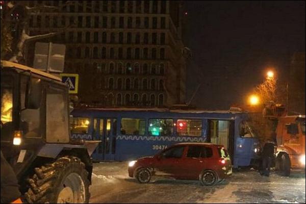 ВМоскве грузовик столкнулся страмваем