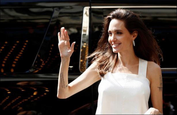 Актриса Анджелина Джоли сменила черные бесформенные наряды наоблегающие платья