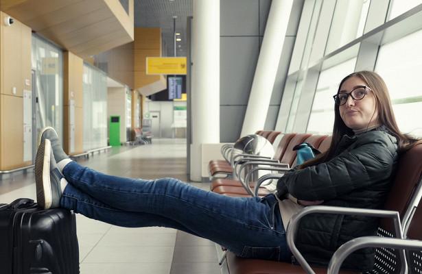 Сотрудник аэропорта далсовет недовольным пассажирам