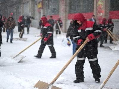 Более 30тысяч дворников борются споследствием снегопада намосковских улицах