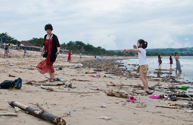 Пляжи Бали превратились вмусорные свалки