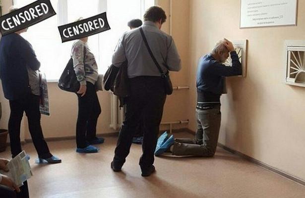 Воронеж прославился фотографиями стоящего наколенях пациента вполиклинике