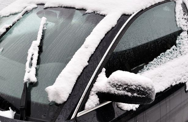 Водителей научили избавляться отналипающего на«дворниках» снега