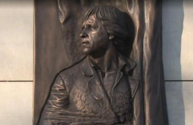Мемориальную доску Высоцкому открыли вселе подОренбургом, гдеонжилвэвакуации