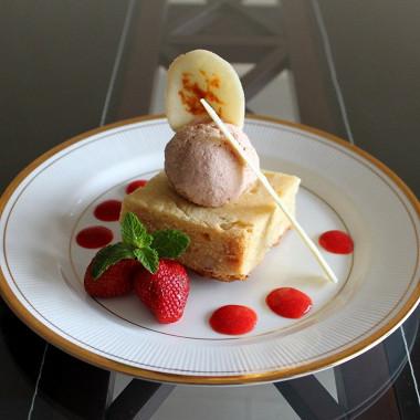 Рецепт Блонди склубничным мороженым иапельсиновым тюилем