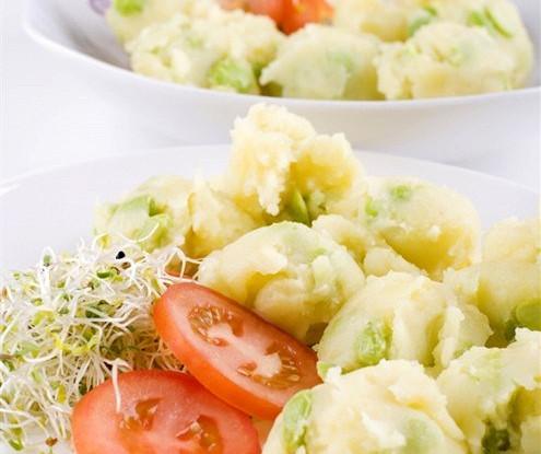 Салат из молодого картофеля с луком-шалотом и заправкой из уксуса и оливкового масла