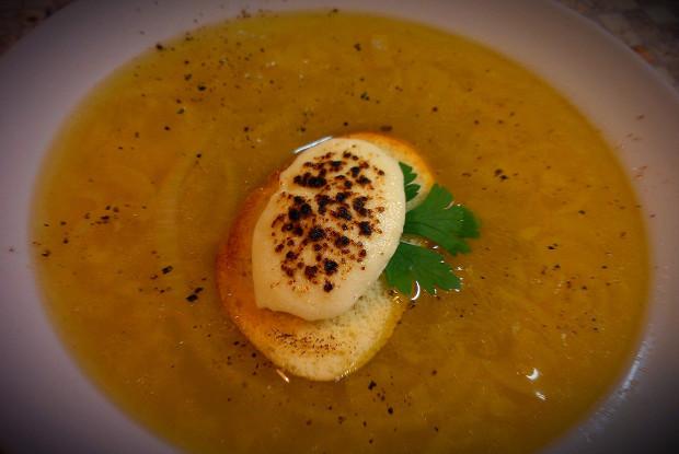 Луковый суп с меренгой из козьего сыра