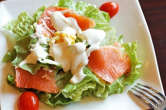 Салат из рыбы с помидорами