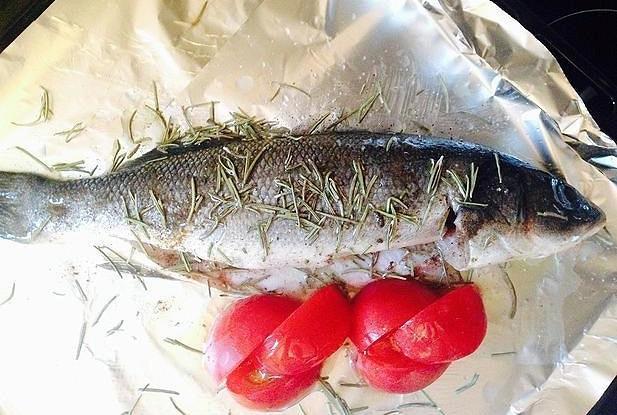 Сибас, запеченный с томатами