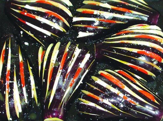 Баклажаны, запеченные с сыром фета и помидорами