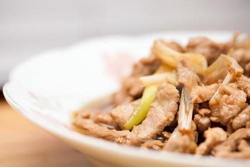 Жареная свинина с пореем (Cong Bao Rou Si)