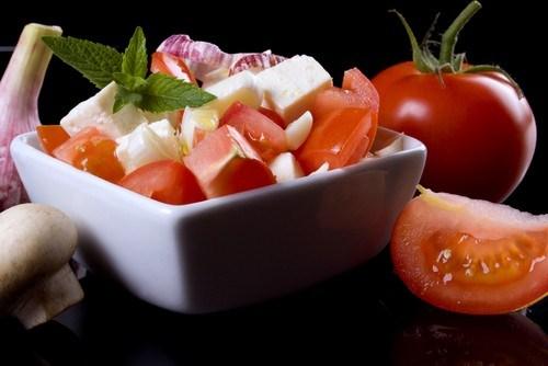 Летний салат с арбузом, черри, фетой и мятой