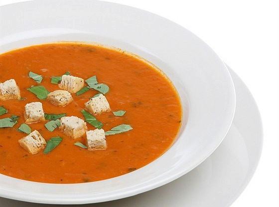 Томатный суп со сладким перцем и сухариками