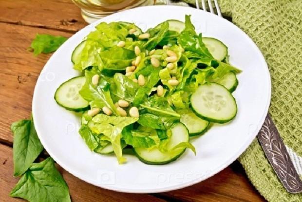 Салат из шпината, нута и свежих огурцов