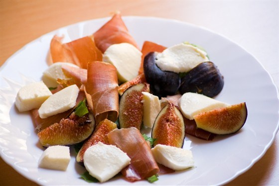 Рулет из пармской ветчины и фаршированного рикоттой поджаренного инжира с салатом из рукколы