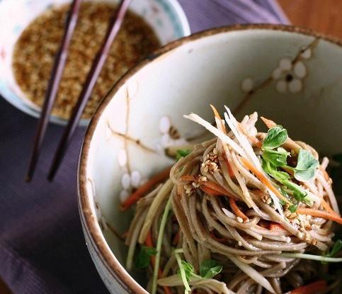 Салат с вермишелью из брокколи и моркови