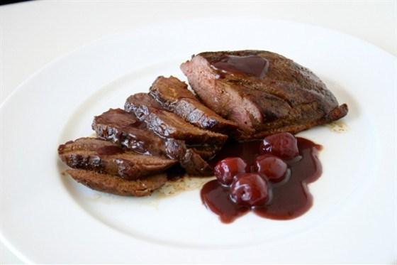 Свинина с сушеной вишней и красным вином