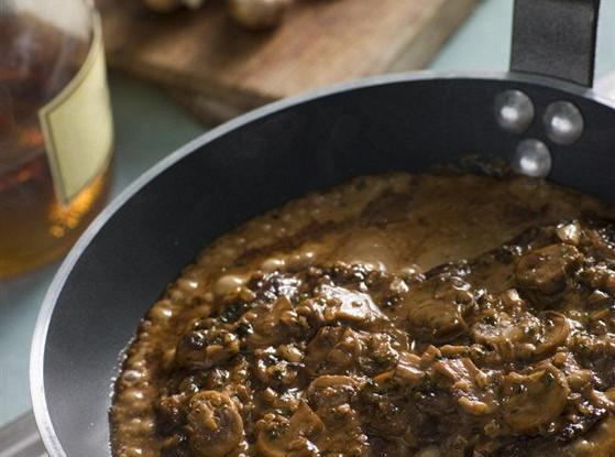Говяжий стейк со сливочно–грибным соусом