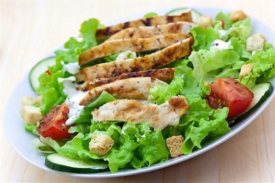 Салат из курицы с сухариками