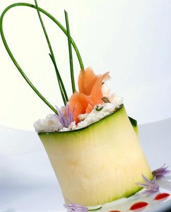 Суши из цукини с лососем и укропным соусом