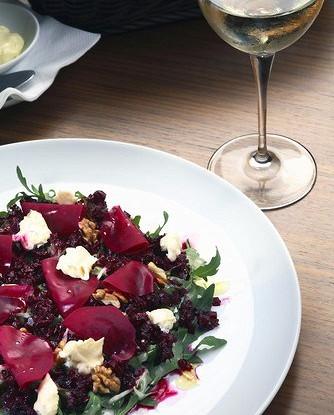 Салат из свеклы и грецких орехов под соусом «Ремулад»