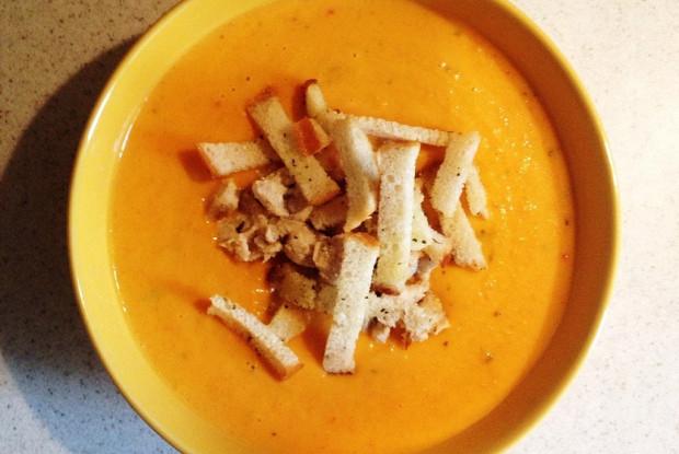 Тыквенный крем-суп с курицей и сухарикамии