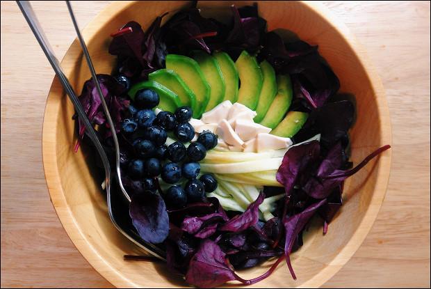 Салат из свекольных листьев, черники и тофу с заправкой из меда и соевого соуса