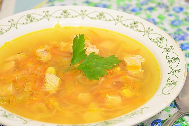 Рисовый суп с картофелем, помидором и чесноком