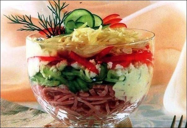 Ветчинный салат с сыром и огурцом