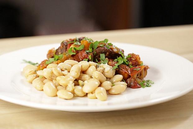 Фасоль в тосканском стиле с добавлением чеснока и шалфея