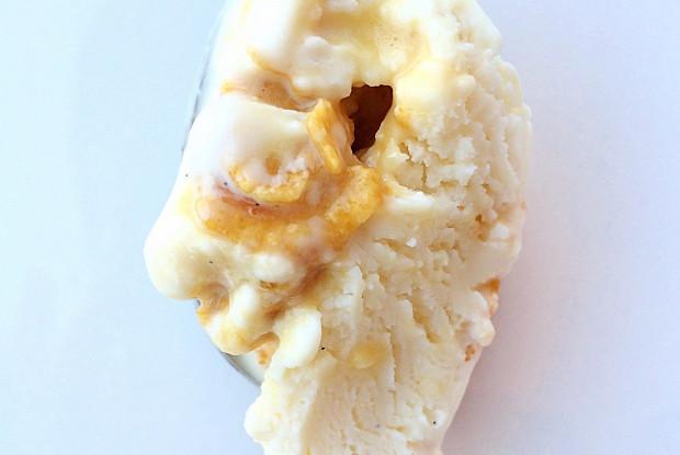 Мороженое с ванилью и кукурузным грильяжем