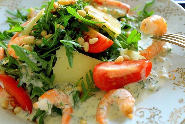 Теплый салат с креветками под соусом дор-блю