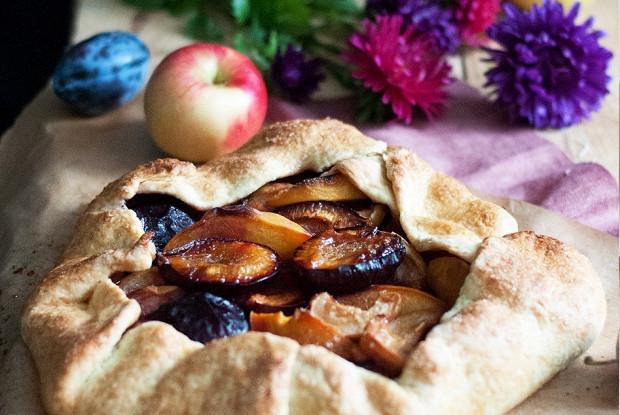 Осенняя галета со сливами, персиками и яблоками