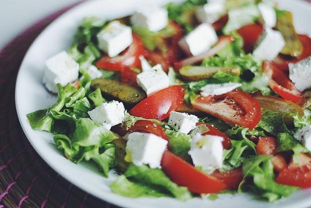 Яркий салат с помидорами и сербской брынзой