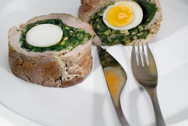 Рулет из свинины со шпинатом и яйцом