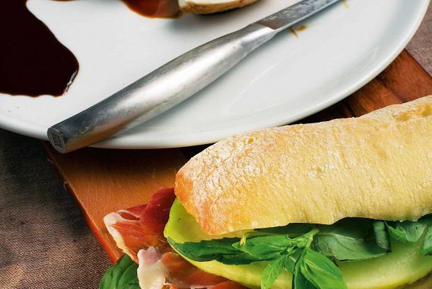 Сэндвичи с пармской ветчиной, галльской дыней и зеленым базиликом