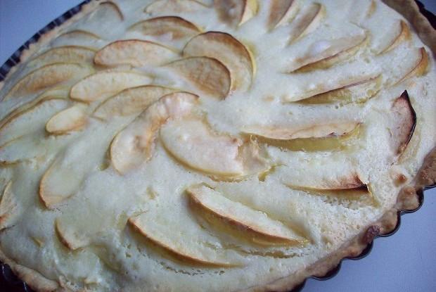 Нежный яблочный пирог со сметанной заливкой
