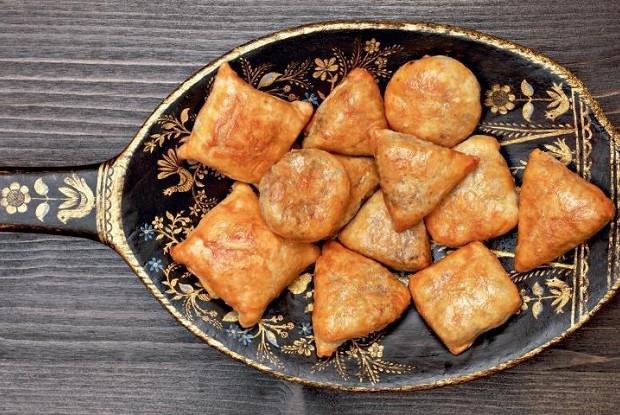 Слоеные пирожки с печенью цесарки