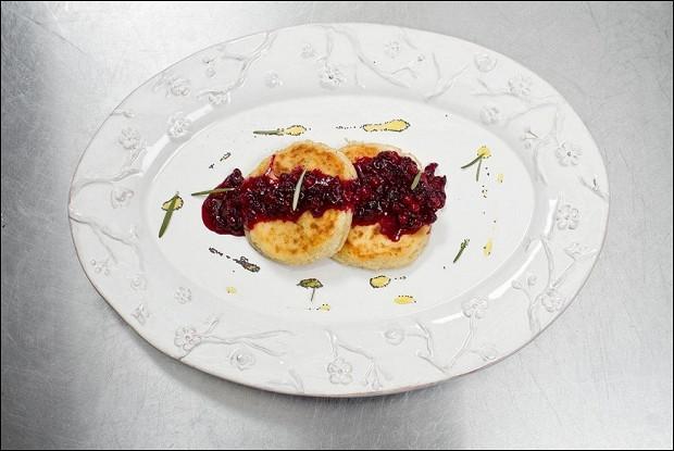 Сырники с бруснично-розмариновым вареньем