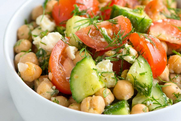 Средиземноморский салат с нутом