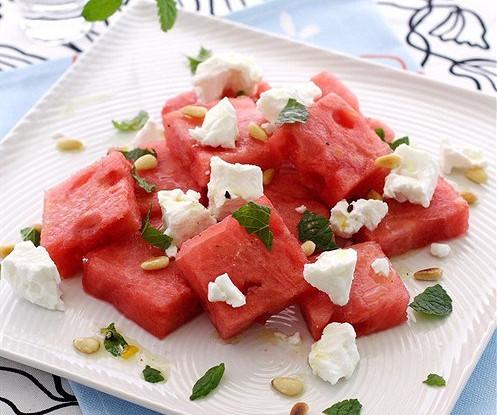 Салат с арбузом, фетой и мятой