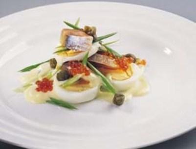 Слоеный салат из норвежской сельди, яиц и каперсов