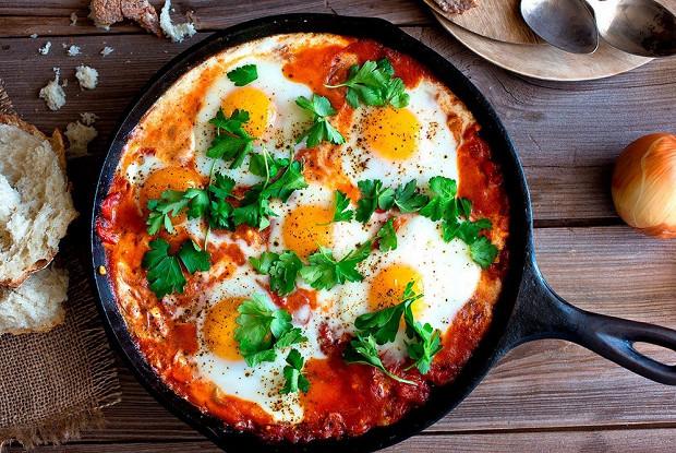 Как сделать вкусную яичницу с помидорами