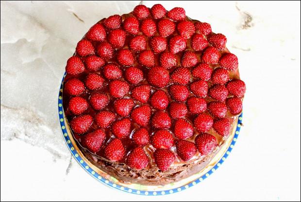 Шоколадный торт с клубникой и кремом