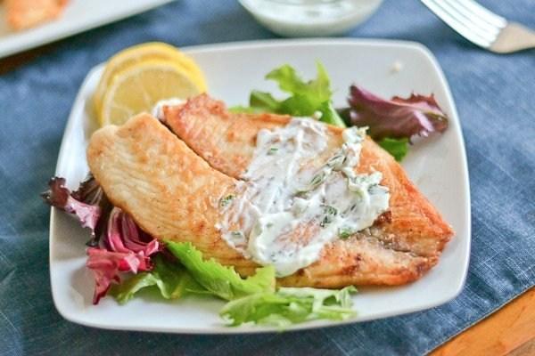 Жареная рыба под йогуртом с зеленью