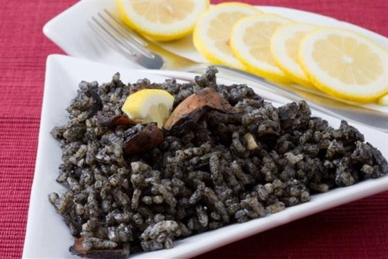 Кальмар в чернилах с рисом