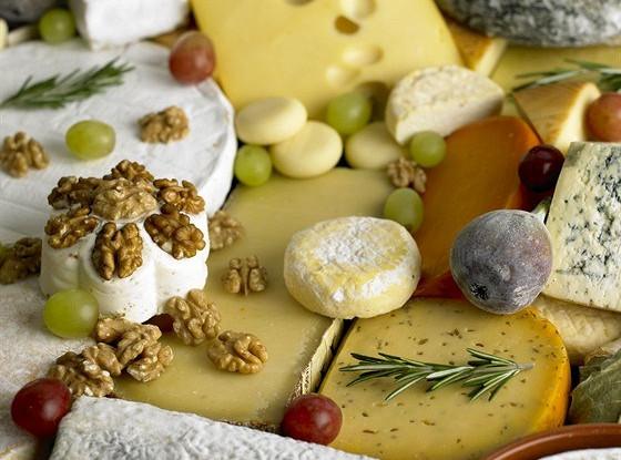 Сырная тарелка со свежим инжиром