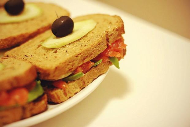 Легкие сэндвичи с авокадо и копченым лососем