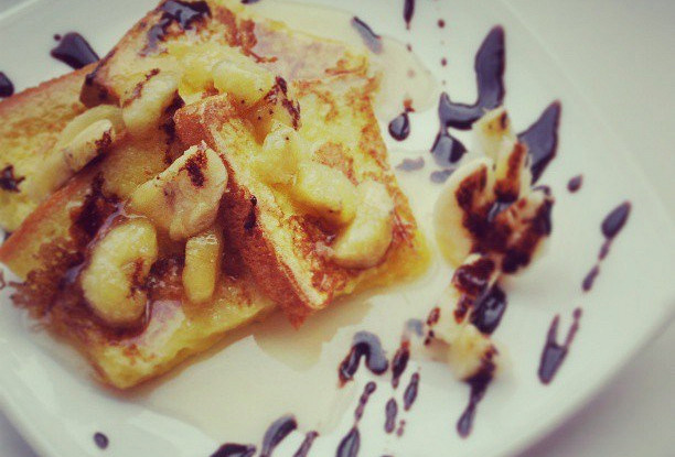 Тост с бананово-карамельным соусом